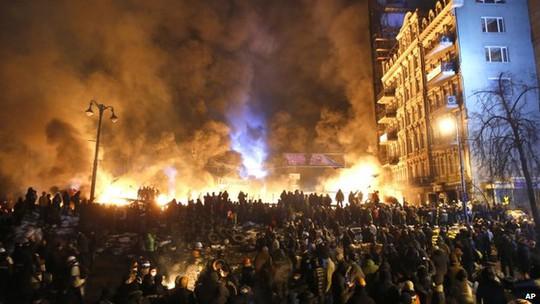"""trung tâm thủ đô vẫn """"ngập chìm"""" trong biển lửa"""