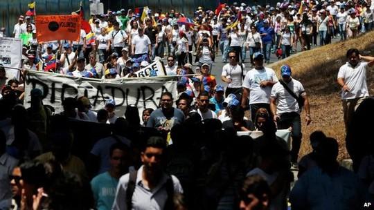 Đoàn biểu tình áo trắng tiến phản đối chính phủ của ông Maduro liên tục tuần hành  trên các đường phố Caracas. Ảnh: AP