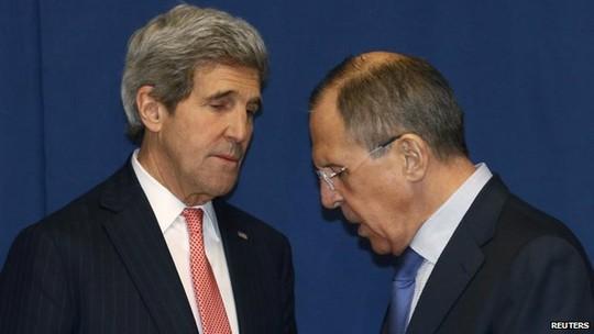 Ngoại trưởng Mỹ John Kerry (trái) và người đồng cấp Nga Sergei Lavrov (phải). Ảnh: Reuters