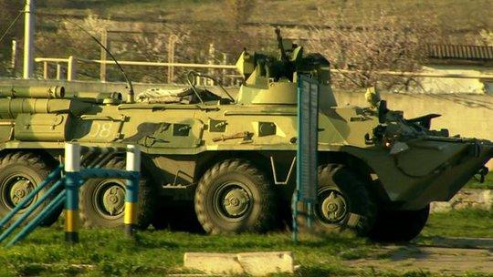Lực lượng Crimea chiếm các căn cứ quân sự của Ukraine ở khu vực này. Ảnh: BBC