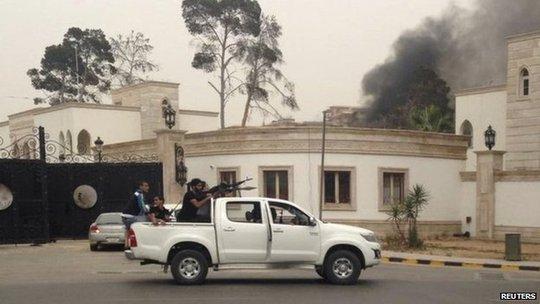 Khói bốc lên từ tòa nhà Quốc hội tại Tripoli. Ảnh: Reuters