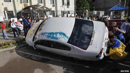 Người biểu tình quá khích trước Đại sứ quán Nga ở Kiev