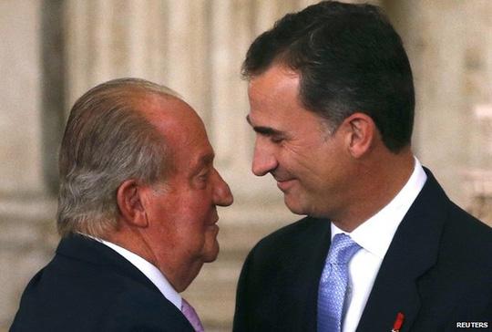 Vua Juan Carlos (trái) và con trai Felipe VI (phải). Ảnh: Reuters