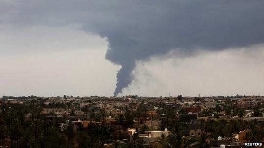 Người dân được yêu cầu sơ tán khi đám cháy ngoài tầm kiểm soát. Ảnh: Reuters