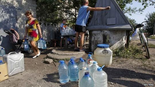 Người dân thị trấn Avdiivka phải lấy nước từ giếng do nguồn cung cấp nước sạch đã bị cắt trong giao tranh.