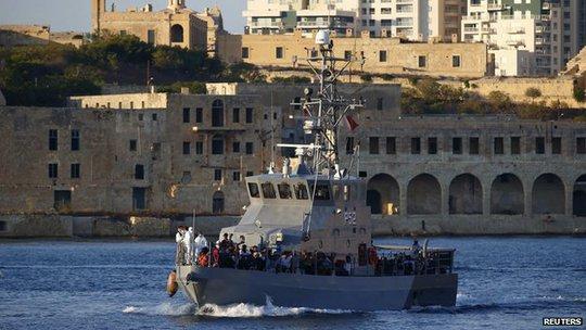 Giới chức Malta điều động lực lượng tìm kiếm cứu hộ giúp đỡ người gặp nạn. Ảnh: Reuters