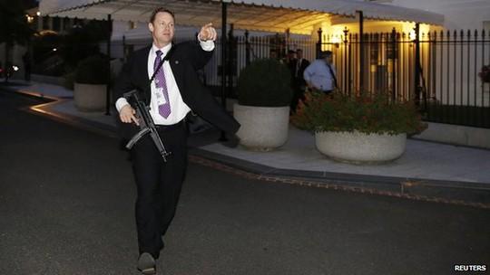 Hành động ngay khi phát hiện có kẻ đột nhập Nhà Trắng. Ảnh: Reuters