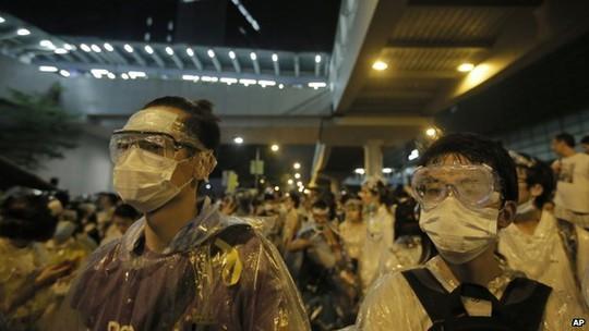 Người biểu tình trang bị kính, khẩu trang và áo mưa để đề phòng cảnh sát xịt hơi cay