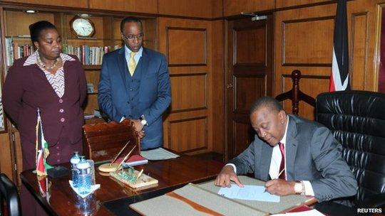Tổng thống Kenya Uhuru Kenyatta (ngồi)sẽ tạm thời trao lại quyền lực của mình cho Phó Tổng thống William Ruto. Ảnh: Reuters