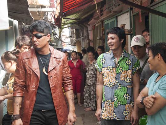 Bình Minh trong vai Cường chột và Quách Ngọc Ngoan trong vai Hoàng.