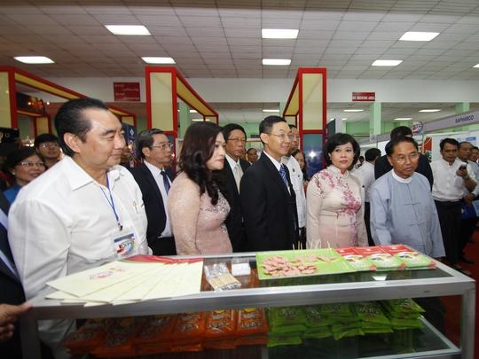 Ông U Myint Swe, thủ hiến vùng Yangon, cùng đoàn lãnh đạo TP HCM đến tham quan ngôi nhà chung tại Hội chợ EXPO Myanmar 2014