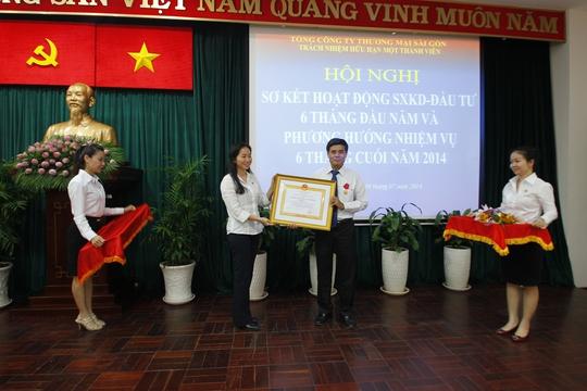 Bà Lê Minh Trang - Tổng Giám đốc SATRA trao huân chương cho đơn vị thành viên  trong Lễ sơ kết hoạt động 6 tháng đầu năm của SATRA
