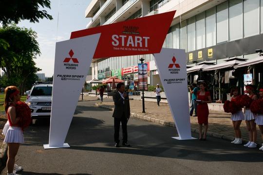 Ông Kazuhiro Yamana - Tổng Giám đốc Vina Star Moto chúc mừng các bốn gia đình đầu tiên tham gia chặng thứ nhất Hành trình Pajero Sport chinh phục Việt Nam