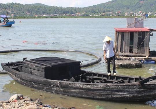 Tàu cá bị hư hỏng nặng sau vụ cháy.