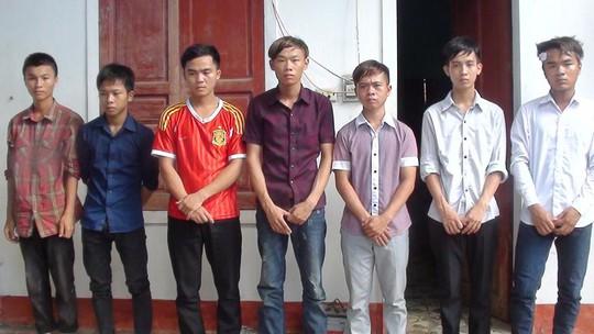 Nhóm đối tượng chống người thi hành công vụ bị bắt giữ (ảnh Đức Vũ).