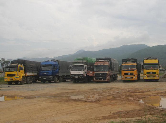 Đoàn xe quá tải bị tam giữ tại Tram cân Hà Tĩnh.
