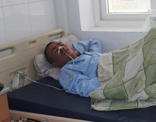 Sau khi đổ xăng đốt vợ, Tiến bị xuất huyết phải nhập viện cấp cứu. Ảnh: Nguyễn Trịnh.