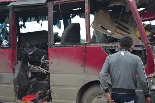 Xe khách vở tan tành sau vụ nổ lớn.