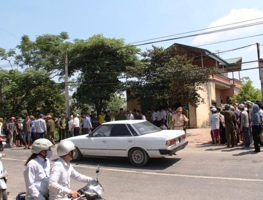 Hàng trăm người dân hiếu kỳ kéo đến xem cơ quan công an điều tra vụ việc.