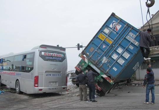 Lực lượng chức năng khẩn trương giải phóng hiện trường vụ tai nạn.