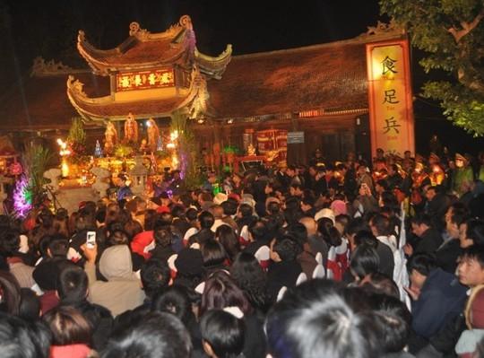 Quang cảnh tại Đền Trần Thương (Hà Nam) trong đêm phát lương.