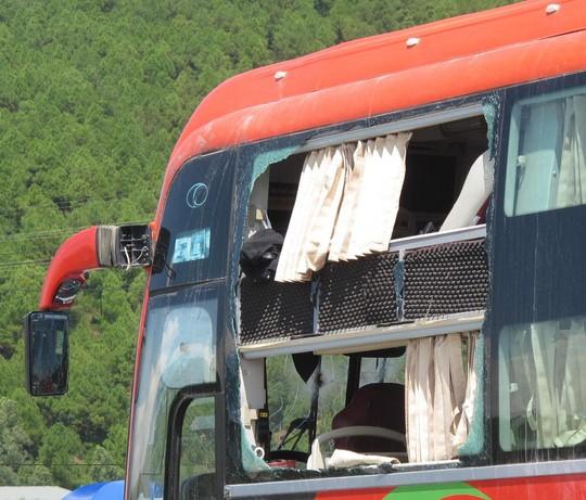 Kính xe khách bên lái vở nát sau cú nổ lớn.