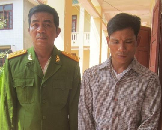 Hai đối tượng Tú và Hùng tại cơ quan công an. Ảnh Tinh Nguyễn.