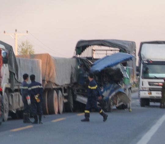 Sau cú va chạm đầu xe tải dích chặt vào đuôi xe đầu kéo.