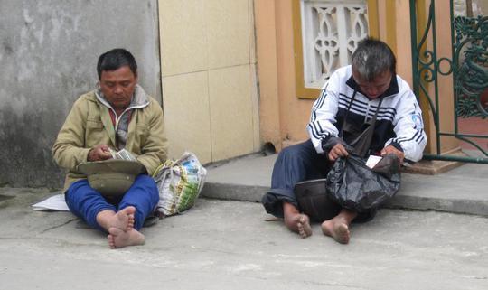Các cái bang đang đếm tiền tại đền Chợ Củi, huyện Nghi Xuân, Hà Tĩnh.