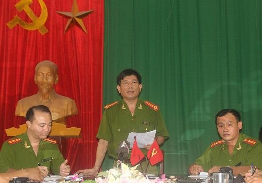 Thượng tá Mai Chiến Thắng, Phó trưởng Công an TP.Vinh (đứng giửa) chỉ trì cuộc họp báo.