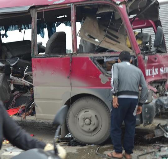 Xe khách trở thành đống săt vụn sau vụ nổ.