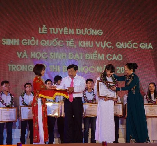 Lãnh đạo tỉnh Nghệ An trao quà cho các học sinh trong lễ vinh danh tối 1-9.