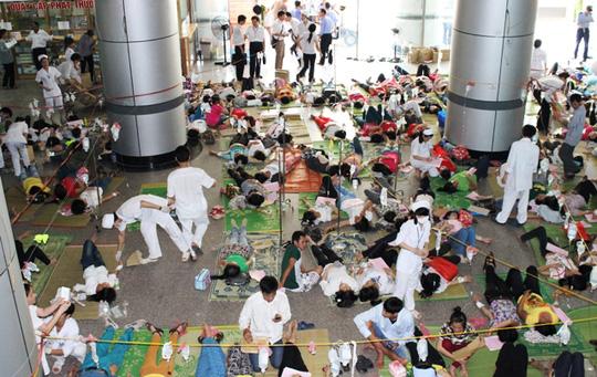 Công nhân ngộ độc nằm la liệt tranh sảnh của Bệnh viện Đa kho Hợp Lực, sau khi uống nước lọc tại Công ty giày Hong Fu