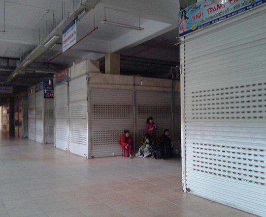 Các tiểu thương chợ Vinh đóng cửa kiốt để phản đối.