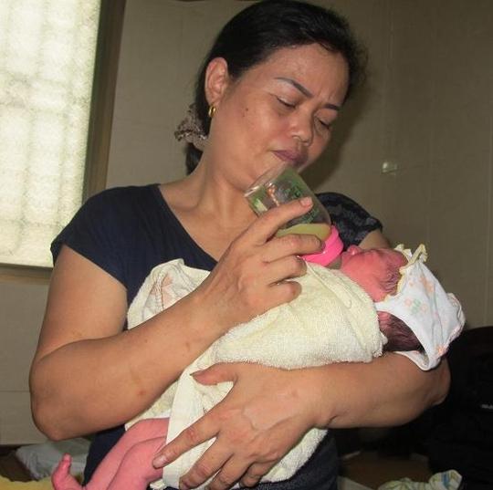 Chị Nguyễn Thị Thịnh đang cho cháu bé uống sữa.
