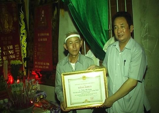 Lãnh đạo tỉnh Nghệ An, trao bằng khen cho gia đình anh Công (ảnh P.Hòa)