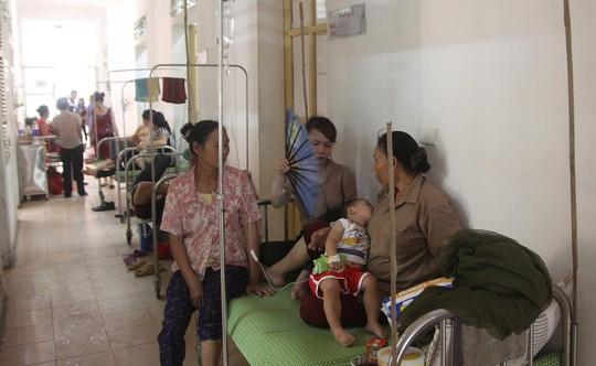 Số lượng bệnh nhân sởi nhập viện tăng, nhiều bệnh nhân phải nằm điều trị ngoài hành lang BV sản nhi Nghệ An.