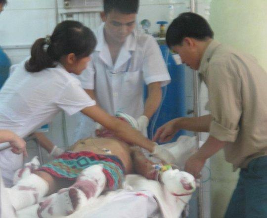 Các nạn nhân nhập viện cấp cứu trong tình trạng nguy kịch. Ảnh Tú Nguyễn.