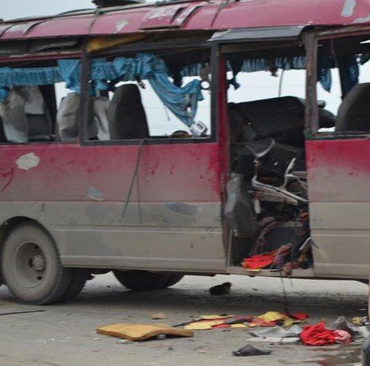 Xe khách hư hỏng nặng sau vụ nổ.