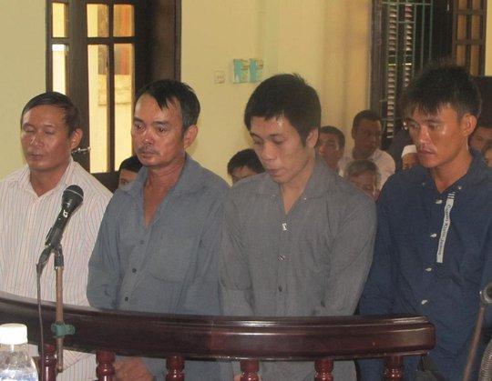 Các bị cáo tại phiên tòa. Ảnh Dũng Nguyễn.