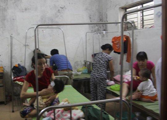 Trong các phòng của bệnh viện các giường bệnh đều kín bệnh nhân sởi.