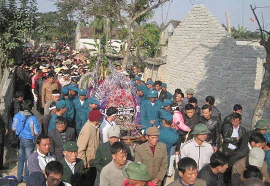 Hàng ngàn người dân tham gia lễ đưa tang trung úy Phan Văn Hạnh.