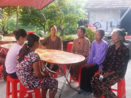 Bà Thoan (thứ 3 từ trái qua) cùng người thân đang ngóng chờ thi thể đứa co xấu số