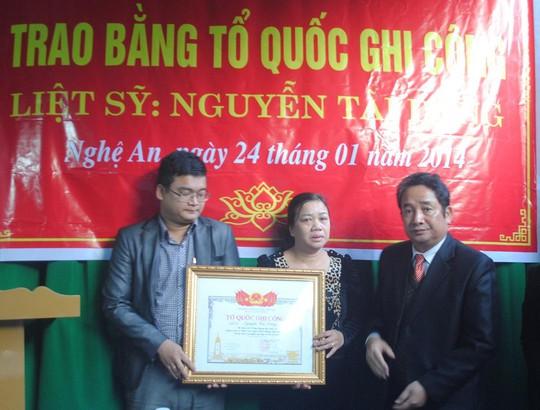 Lãnh đạo tỉnh Nghệ An trao bằng tổ quốc ghi công cho thân nhân liệt sỹ Nguyễn Tài Dũng (ảnh Hòa Doãn)