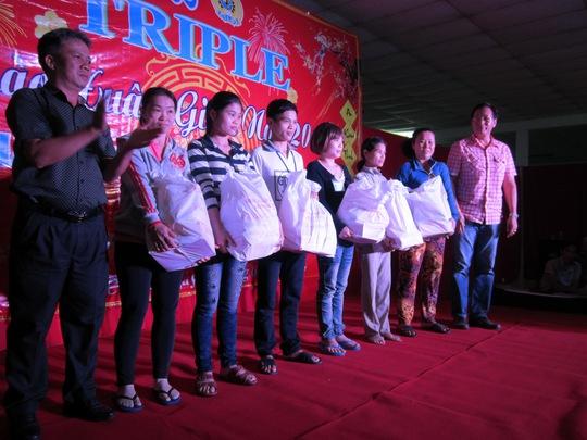 Ông Nguyễn Thanh Sang, Phó Chủ tịch LĐLĐ huyện Củ Chi, TP HCM (bìa trái), tặng quà cho công nhân khó khăn tại Công ty Triple Việt Nam