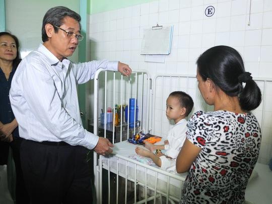 Ông Hứa Ngọc Thuận, Phó Chủ tịch UBND TP HCM, thăm con công nhân được hỗ trợ phẫu thuât tim miễn phí ẢNH: THANH NGA