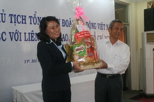 Ông Đặng Ngọc Tùng, Ủy viên Trung ương Đảng, Chủ tịch Tổng LĐLĐ Việt Nam tặng quà Tết cho lãnh đạo LĐLĐ TP HCM