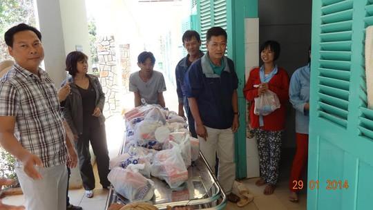 Anh Phan Thanh Vũ (bìa trái) trong một chuyến đi từ thiện