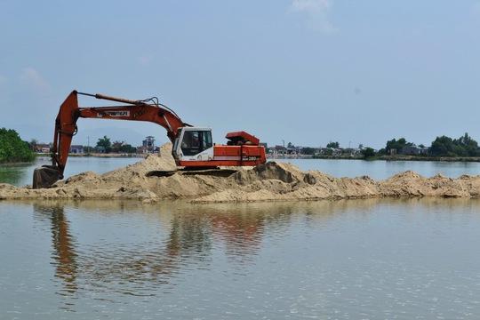 Xe máy đào của Công ty CP Tập đoàn Phúc Lộc múc cát trộm ở xã Phước Thuận.