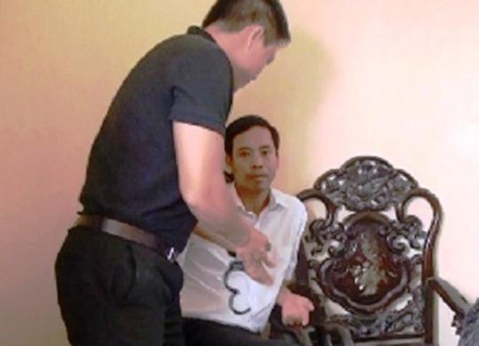 Ông Nguyễn Duy Hiệp (áo trắng), nguyên quyền Chánh án TAND huyện Thanh Liêm (Hà Nam) bị Cục điều tra, VKSND Tối cao bắt giữ